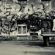 Graffiti auf Hausfassade und Tischtennisplatte
