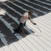 Dachbeschichtung auf Metalldach anbringen