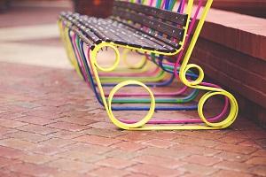 Dekorative Farben und Lacke auf Bank