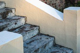 Außentreppe aus Beton sieht mit Betonfarbe wie neu aus