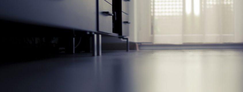 BodenbeschichtungBodenbeschichtung Möbel mit Lichteinfall durch Fenster