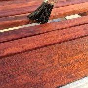 Der Auftrag von Holzbeschichtung außen muss lange schützen.