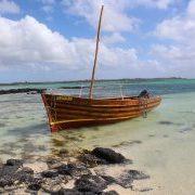 Klarer Schiffslack bringt das Mahagoni des Bootes wunderbar zur Geltung