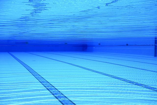 Azurblaue Poolbeschichtung unter Wasser