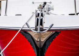 Bootslack auf rotem Boot mit weißem Deck