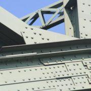 Industrielle Metallbeschichtung auf Eisenbahnbrücke