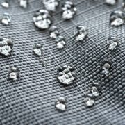 Abperlende Wassertropfen auf Textil mit Nanobeschichtung