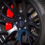 schwarze Felge an Sportwagen