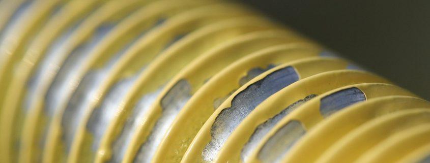 gelb pulverbeschichtetes Metallobjekt fertig zum Entfernen