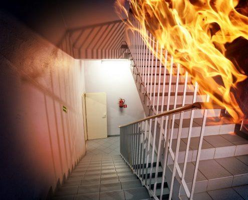 BRand im Treppenhaus mit Feuerlöscher und Fluchtweg mit Brandschutzbeschichtung